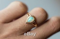 Bague De Fiançailles Australienne En Forme De Poire Minimaliste À L'opale Massive En Or Jaune De 14 Carats